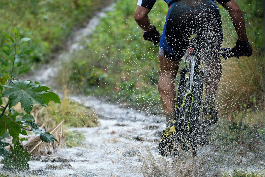 Driving with the mountain bike upstream
